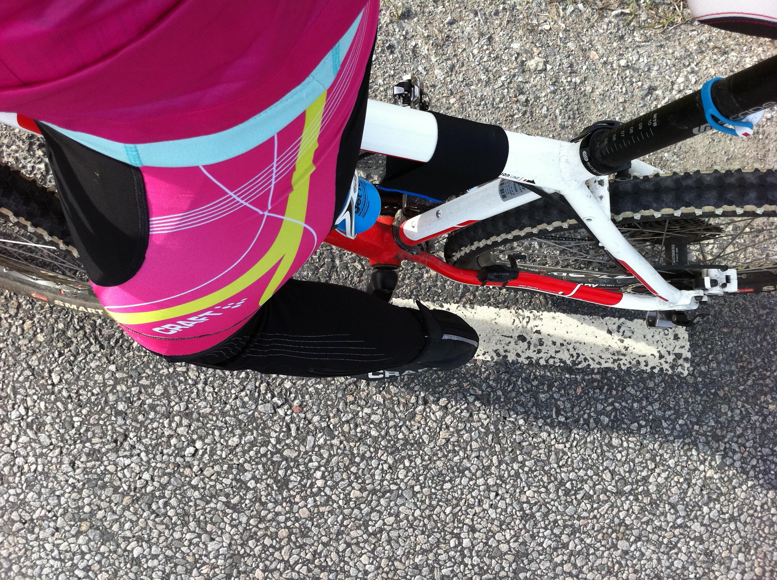 Har vita strumpor när jag kör i skogen. Cyklar mountainbikelångpass på  asfalt för att samla mil. Har rosa tillsammans med rött. Och vad ... 562f9c05b7771