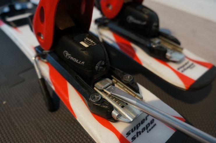 ställa in bindningar på slalomskidor