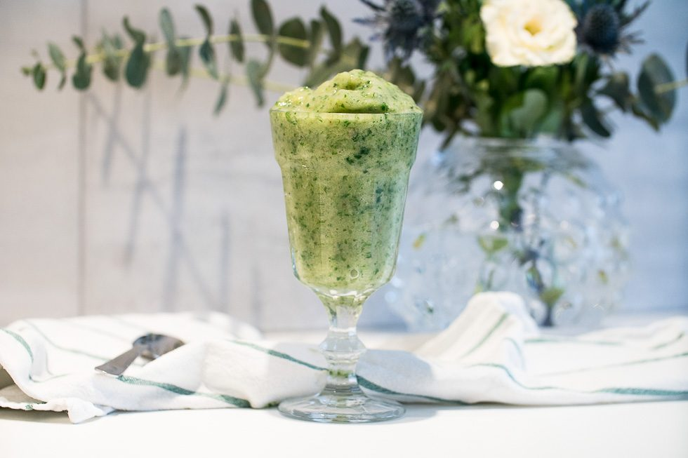 grön smoothie med grönkål och citron